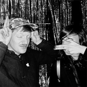 Portrait en noir et blanc du duo d'artistes A deux doigts
