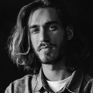 Portrait en noir et blanc de l'artiste Pablo Grand Mourcel